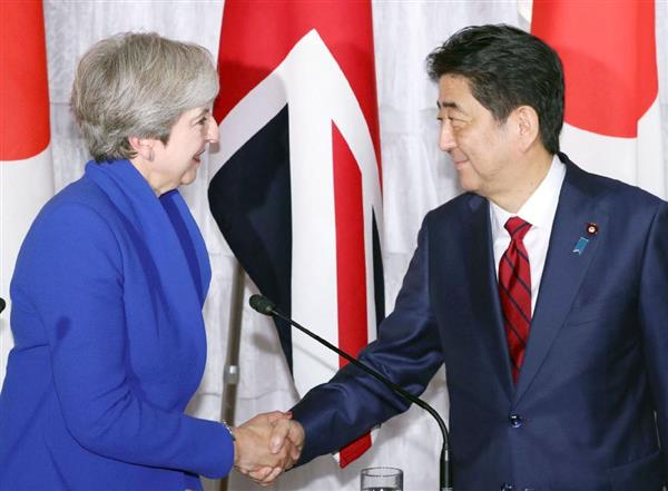 共同記者会見を終え、英国のメイ首相(左)と握手する安倍首相=31日午後、東京・元赤坂の迎賓館(代表撮影)