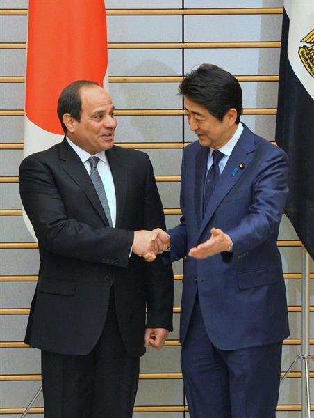 昨年来日し安倍晋三首相(右)と握手するエジプトのシーシー大統領=平成28年2月、首相官邸(宮崎瑞穂撮影)