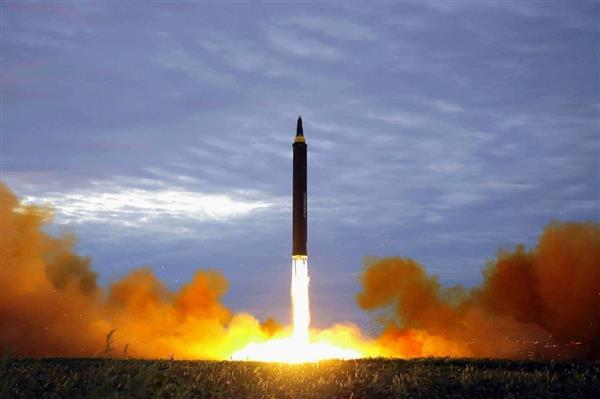 29日、平壌で行われた弾道ミサイル「火星12」の発射訓練(朝鮮通信)