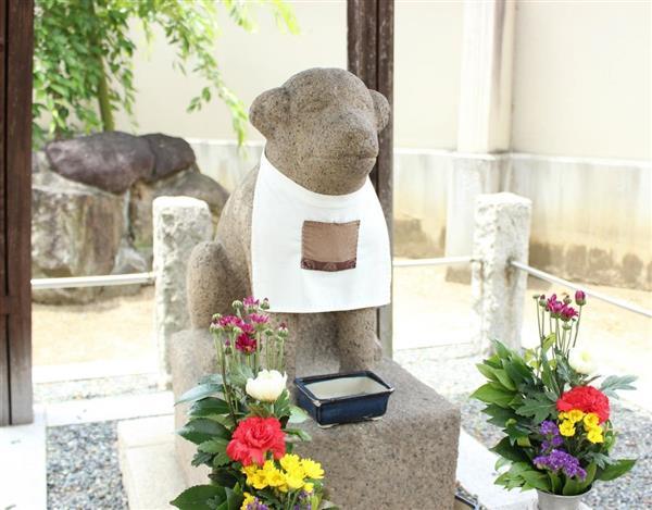 達磨寺の境内に祭られている聖徳太子の愛犬・雪丸像=奈良県王寺町