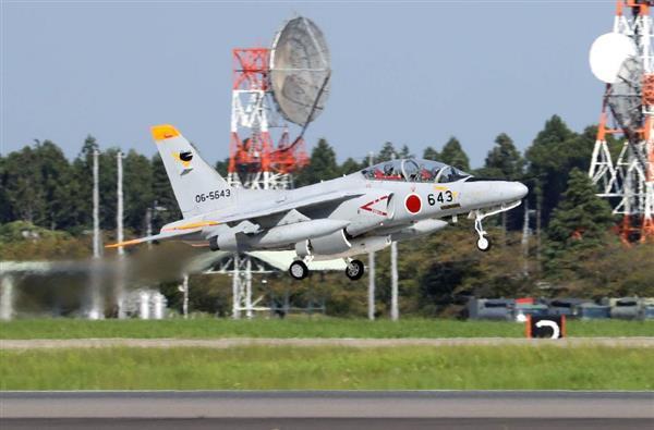 北朝鮮が核実験を実施したとの情報を受け、集じん装置とみられる機器を機体下部に付けた航空自衛隊のT4練習機が離陸した=3日午後、茨城県小美玉市の航空自衛隊百里基地(桐原正道撮影)