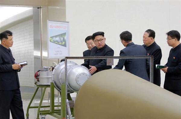 「水爆」とみられる物体を視察中の北朝鮮の金正恩朝鮮労働党委員長(中央)。朝鮮中央通信が3日配信した(朝鮮通信=共同)
