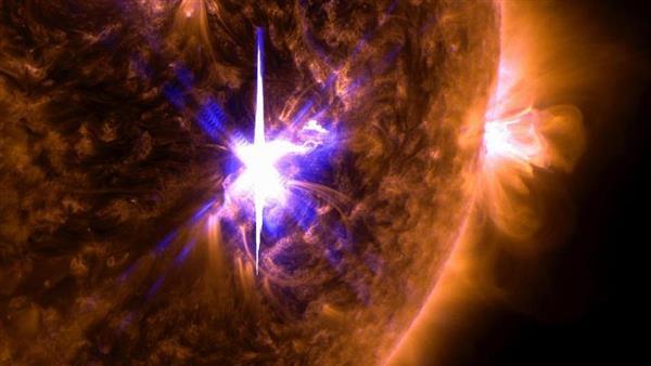 NASAの観測衛星が撮影した、太陽表面で発生した大規模爆発「フレア」(中央)の画像(NASA提供・共同)