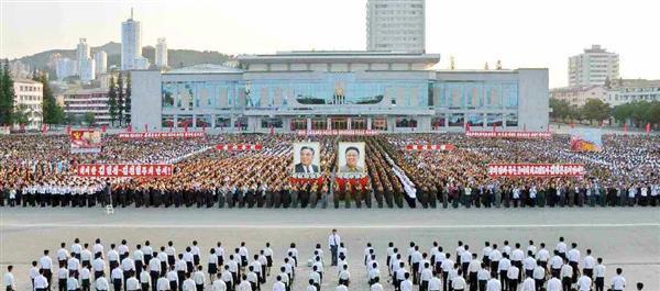 北朝鮮の労働新聞が8日掲載した、江原道で7日に開かれた「水爆実験成功」を祝う大会の写真(コリアメディア提供・共同)