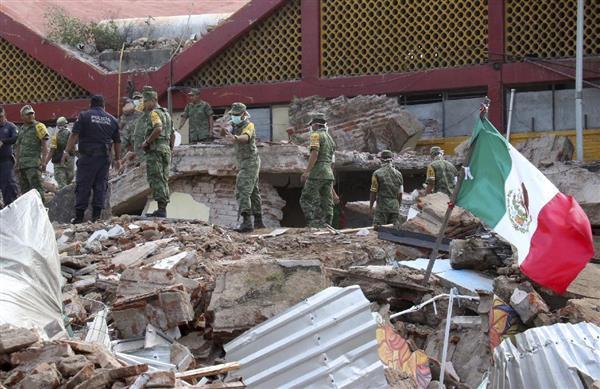 メキシコ南部オアハカ州で、地震により壊れた庁舎でがれきを撤去する兵士=8日(AP)