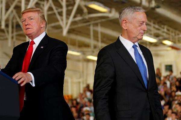 7月22日、米バージニア州ノーフォークで、新型原子力空母の就役式に出席したトランプ大統領(左)とマティス国防長官(ロイター=共同)