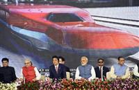 高速鉄道の起工式に出席した安倍首相(中央左)とインドのモディ首相(同右)。後方は完成予想映像=14日、インド・アーメダバード(共同)