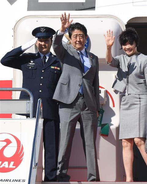 米国に向け出発する安倍晋三首相。右は昭恵夫人 =18日午後、羽田空港 (川口良介撮影)
