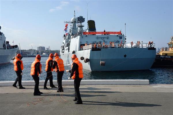 ロシアと中国の海軍による合同軍事演習のため、ウラジオストクに入港した中国海軍の艦艇=18日(共同)