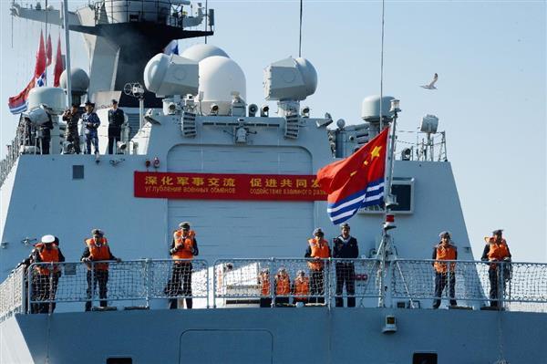 ロシアと中国の海軍による合同軍事演習のため、ウラジオストクに入港する中国海軍の艦艇=18日(共同)