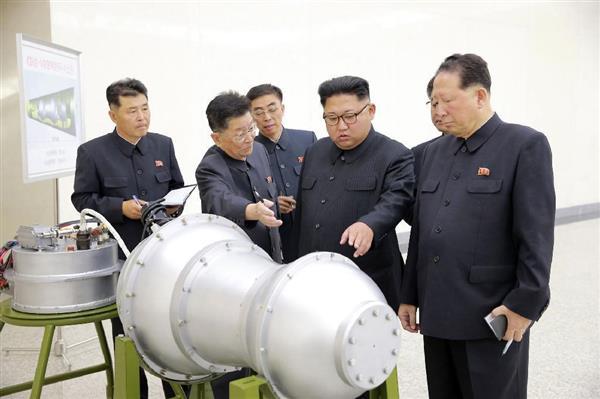 「水爆」と見られる物体を視察、核の兵器化事業を指導する北朝鮮の金正恩朝鮮労働党委員長(右から2人目)。9月3日、朝鮮中央通信が報じた(朝鮮通信=共同)