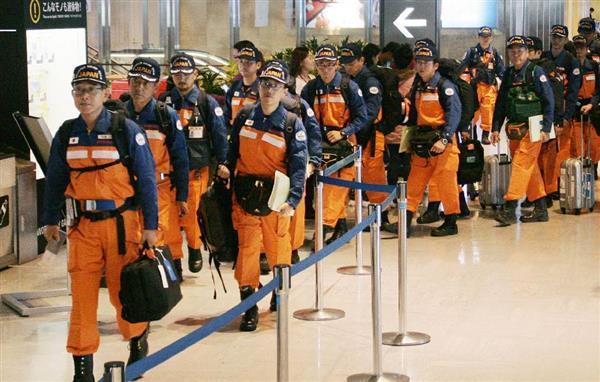 メキシコ地震の被災地へ出発する国際緊急援助隊員=21日午後、成田空港(共同)