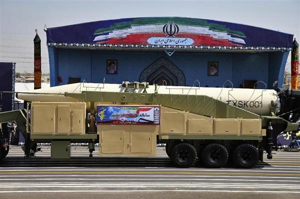 22日、イランの軍事パレードで公開された新型のホラムシャハルミサイル=テヘラン(AP)22日、イランの軍事パレードで公開された新型のホラムシャハルミサイル=テヘラン(AP=共同)