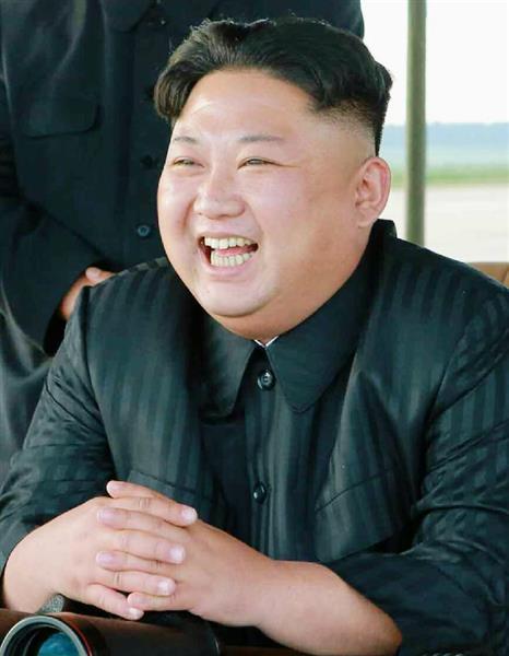 北朝鮮の労働新聞が16日掲載した、中距離弾道ミサイル「火星12」の発射訓練を視察し、笑顔を見せる金正恩朝鮮労働党委員長の写真(コリアメディア提供・共同)
