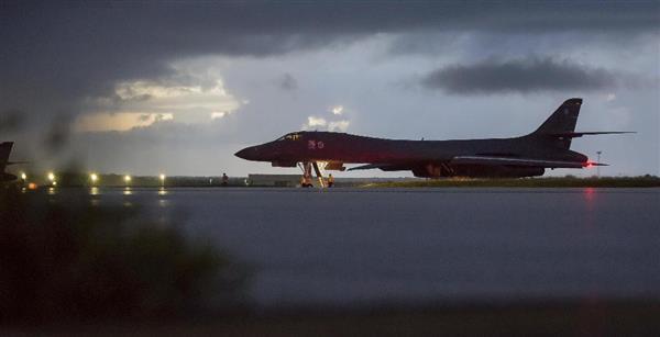 23日、米領グアムのアンダーセン空軍基地で離陸の準備をするB1戦略爆撃機(Joshua・Smoot軍曹撮影、米空軍提供・AP)
