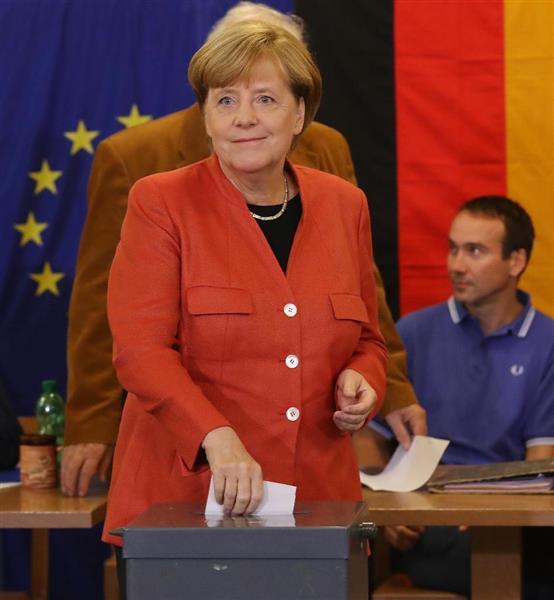 24日、ベルリンで投票するドイツのメルケル首相(ゲッティ=共同)