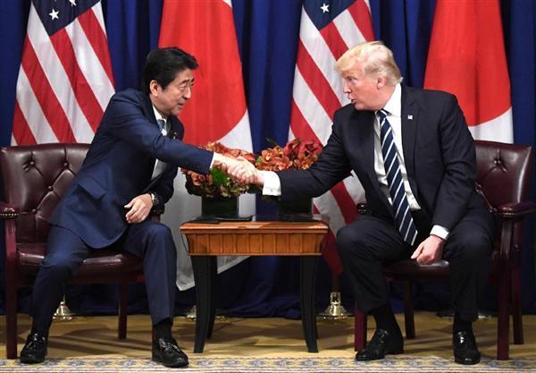 トランプ米大統領(右)と会談する安倍晋三首相=21日、ニューヨーク(共同)