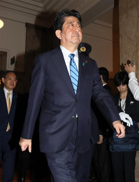 衆院が解散され、衆院本会議場を後にする安倍晋三首相=28日午後、国会内(福島範和撮影)
