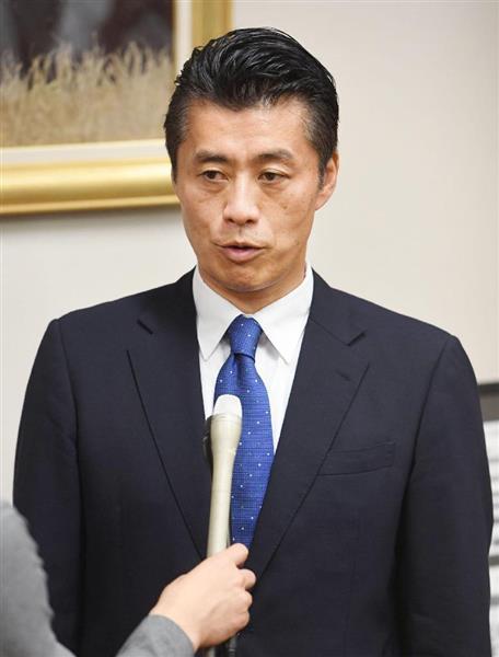 衆院解散後、記者の質問に答える細野豪志氏=28日午後、国会