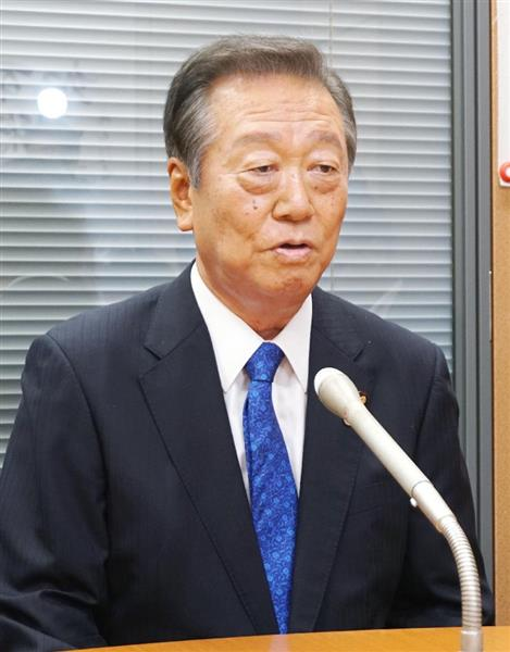 記者団の取材に応じる自由党の小沢共同代表=28日午後、国会