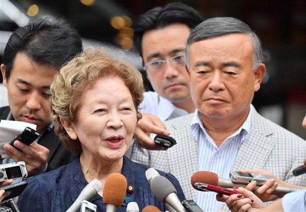日本のこころの中山恭子代表(左)と中山成彬氏=24日午後、東京都新宿区(宮崎瑞穂撮影)