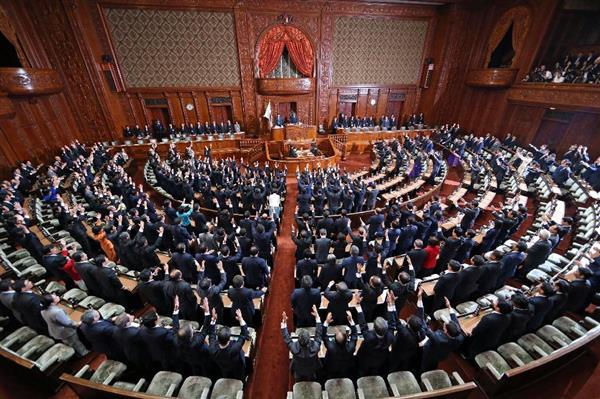衆院が解散され、万歳する議員ら=28日午後、衆院本会議場(桐原正道撮影)
