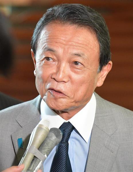 閣議後、会見する麻生太郎副総理兼財務相=29日午前、首相官邸(斎藤良雄撮影)