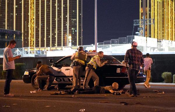 1日、米西部ネバダ州ラスベガスで銃乱射があった現場付近の警官ら(ゲッティ=共同)