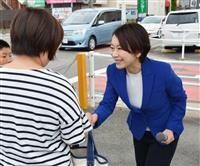 街頭演説で女性と握手する山尾志桜里氏=1日、愛知県豊明市