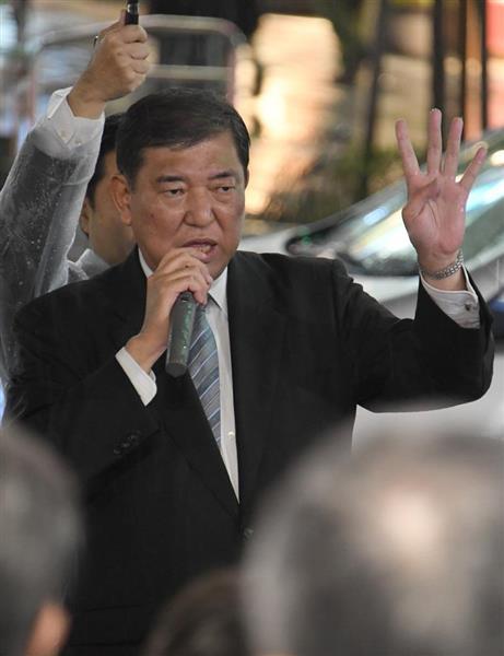 街頭演説する石破茂(元防衛相)=6日午後、東京都目黒区(宮川浩和撮影)