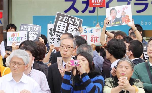 安倍晋三首相の街頭演説でプラカードを掲げる人たち=7日、千葉県柏市(春名中撮影)