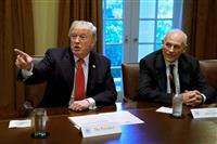5日、ホワイトハウスで、軍高官らとの会合で発言するドナルド・トランプ大統領(左、ロイター)