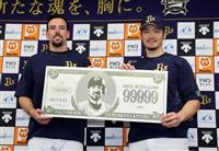 【プロ野球】オリックス、T-岡田に記念の9万9999円