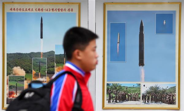平壌駅前に掲示された大陸間弾道ミサイル「火星14」の発射実験の写真=9日(共同)