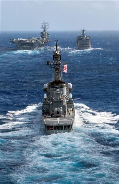 9日、共同訓練する米原子力空母ロナルド・レーガンと(左奥)と海上自衛隊の護衛艦「しまかぜ」=9日、沖縄周辺海域で撮影(米海軍提供)