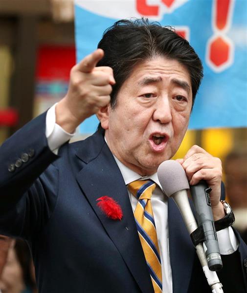 街頭演説で有権者に支持を訴える自民党総裁の安倍首相=12日午後、新潟市