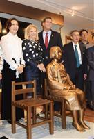 13日、ニューヨークの韓国系米国人の歴史を紹介する博物館で行われた、旧日本軍の従軍慰安婦問題を象徴する少女像の除幕式(共同)
