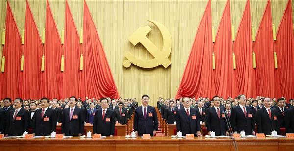 第19回中国共産党大会の開幕式に出席した習近平総書記(中央)、江沢民元総書記(右隣)、胡錦濤前総書記(左隣)ら幹部=18日、北京の人民大会堂(新華社=共同)
