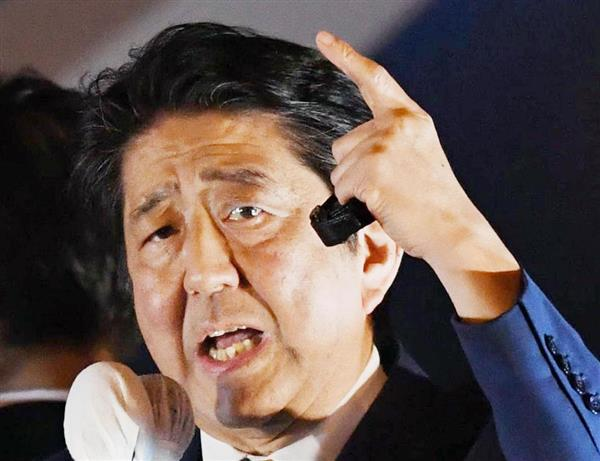 聴衆に向かって最後の訴えを行う自民党総裁の安倍晋三首相=21日夜、東京・秋葉原