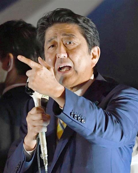 街頭演説で支持を訴える自民党総裁の安倍首相=21日夜、東京・秋葉原