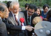 大隅さんノーベル賞で石像 酵母モチーフ、岡崎市の基礎生物研