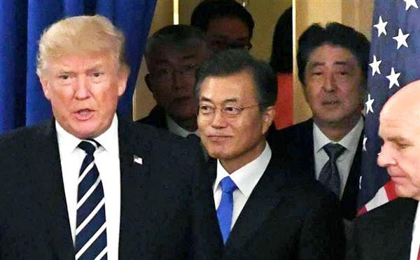 9月21日、米ニューヨークで会談に臨む(左から)トランプ米大統領、文在寅韓国大統領、安倍首相(共同)