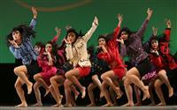 大阪府立登美丘高校ダンス部 第10回日本高校ダンス部選手権で「バブリーダンス」を披露する府立登美丘高校ダンス部 =8月17日午後、横浜市のパシフィコ横浜(永田直也撮影)