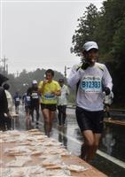 【水戸黄門漫遊マラソン】水戸名物・納豆のせんべいにランナーも興味津々