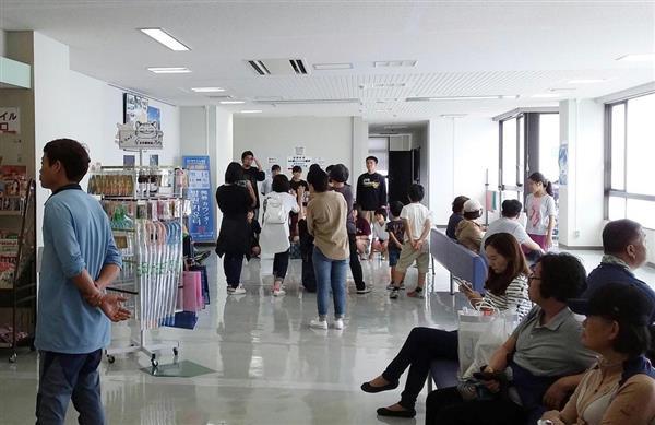 新厳原港国際ターミナルビルで出航を待つ韓国人観光客。韓国人ガイドの間では中国人の進出に危機感が広がる=長崎県対馬市
