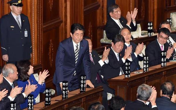 衆院本会議で第98代首相に指名され、一礼する安倍晋三首相=1日午後、国会・衆院本会議場(酒巻俊介撮影)