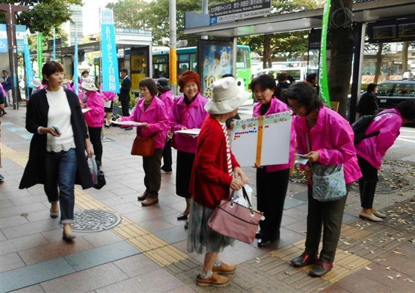 通行人らに改憲の必要性を訴える「九州女性の会」のメンバーら=福岡・天神