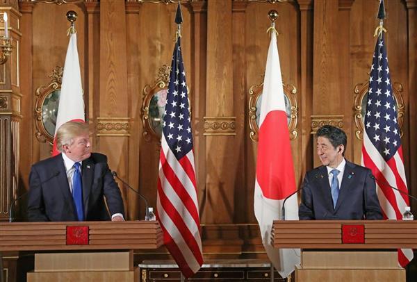 共同記者会見で向かい合って笑顔を見せるトランプ米大統領(左)と安倍晋三首相=6日午後、東京・元赤坂の迎賓館・花鳥の間(代表撮影)