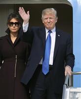 7日、韓国・ソウル郊外の米軍烏山基地に到着し、手を振るトランプ米大統領。左はメラニア夫人(AP)