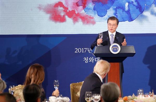 韓国大統領府の晩餐会でスピーチする文在寅大統領=7日、ソウル(ロイター)